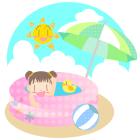 夏ビニールプールと女の子とビーチボールとパラソルとおひさまと青空と入道雲